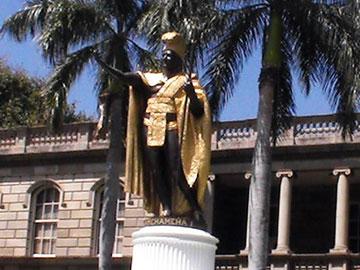カメハメハ大王像のアップ