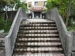 三越裏の階段を上ります。