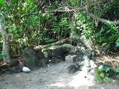 イシキ浜に入り、右側にある拝所