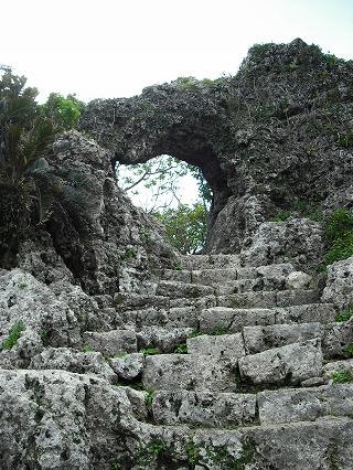 岩盤をくり抜いて作られた本丸門。