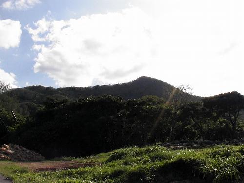 今帰仁グスクからクバの御嶽を望む