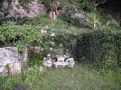 ウシヌジガマの左側にある拝所