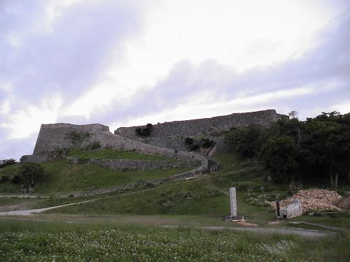 小高い丘の上に、勝連城跡の城壁が見えます