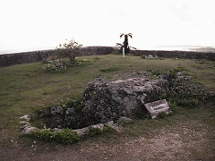 勝連城跡内の御嶽・拝所(玉ノミウヂ御嶽・肝高の御嶽)